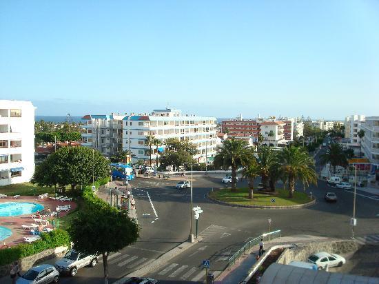 Apartamentos Las Camelias: The view from the corridor of Avenida de Tirajana.