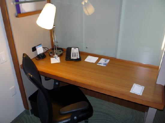 SpringHill Suites Las Vegas Convention Center: Desk area - note the frosted glass dividing the bedroom - it's moveable