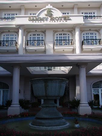 Sammy Dalat Hotel: Entrance to Sammy Hotel with fountain