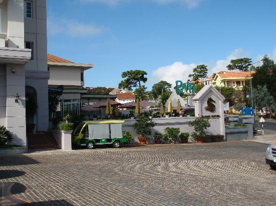 Sammy Dalat Hotel: Entrance to Sammy Hotel with Cafe & Rain bar