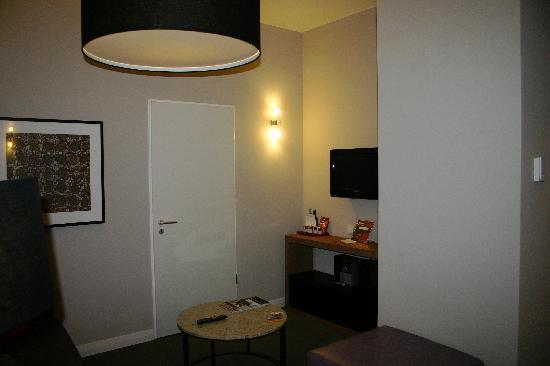 Adina Apartment Hotel Berlin Checkpoint Charlie: Living area 2