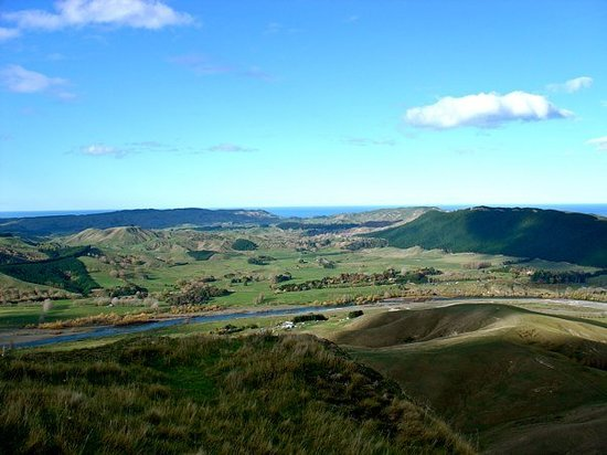 Hastings, New Zealand: Tukituki river, ocean, green hills... Pretty.