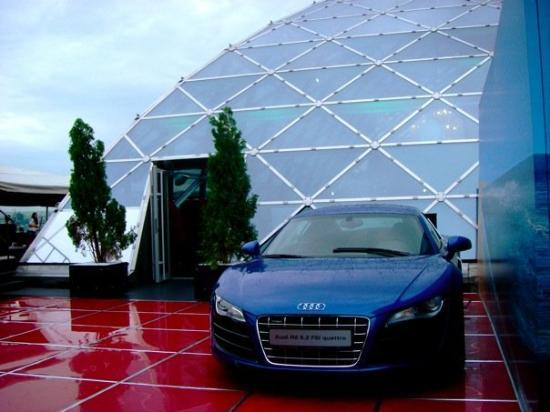 The Ritz-Carlton, Moscow : I really want to know how they got this car on the roof.