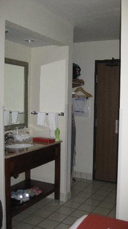 Holiday Inn Express Park City: entry way/vanity