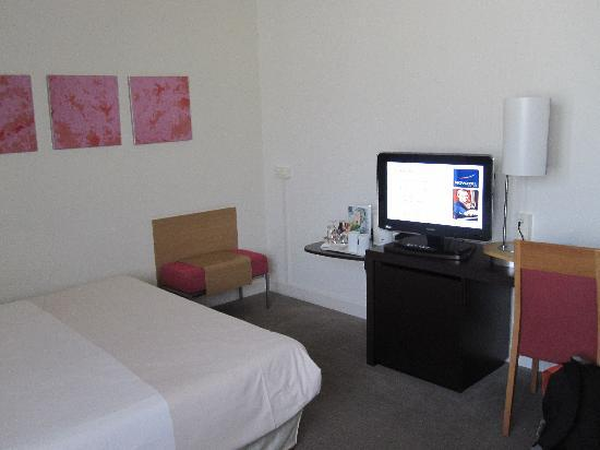 Novotel München City: flat screen telly and desk
