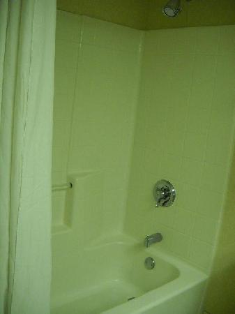 Courtyard New Bern: Bathroom 2