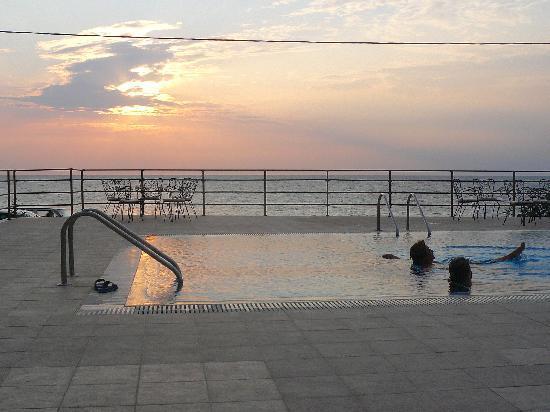 Niki Beach Hotel : sunset by the pool