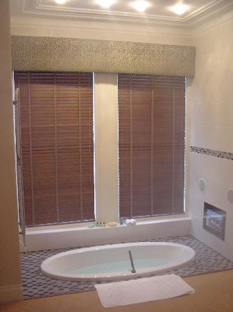 The Clarence Hotel: Room 1: Sunken bath & TV