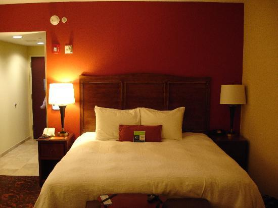 Hampton Inn & Suites Woodstock: Bed