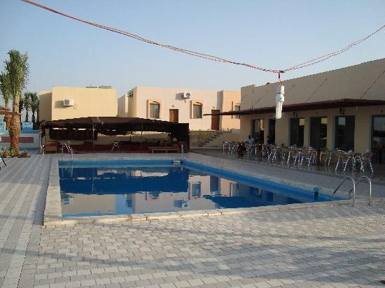 Darna Village Beach Hotel & Dive Center: Pool and accomodation