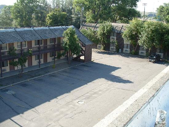 War Bonnet Inn: Rooms behind main building