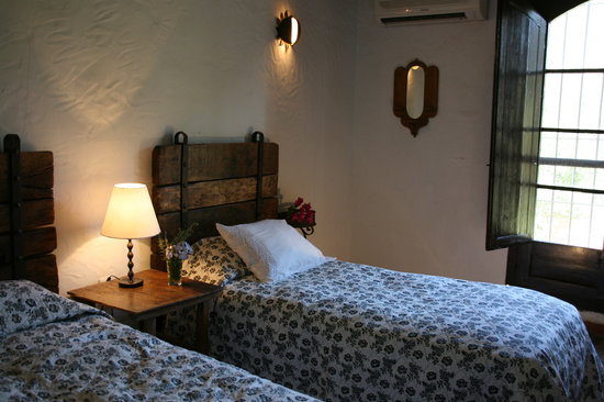 Rancho del Ingles: Twin beds with ensuite and air conditioning