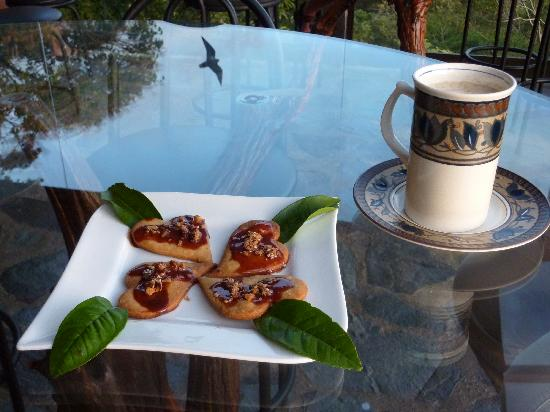 Hidden Canopy Treehouses Boutique Hotel: Yummy tea that includes tastes for sweet or salty.