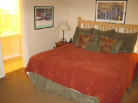 Swan Mountain Resort: Master Bedroom - 1 Bedroom Unit