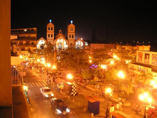 Minatitlan, Mexiko: Vista de la Plaza central desde nuestro cuarto