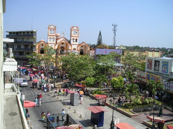 Minatitlan, Mexiko: Vista de la Plaza central desde el hotel, al amanecer
