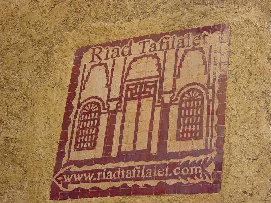 Riad Dar Tafilalet: azulejos anunciando el rias