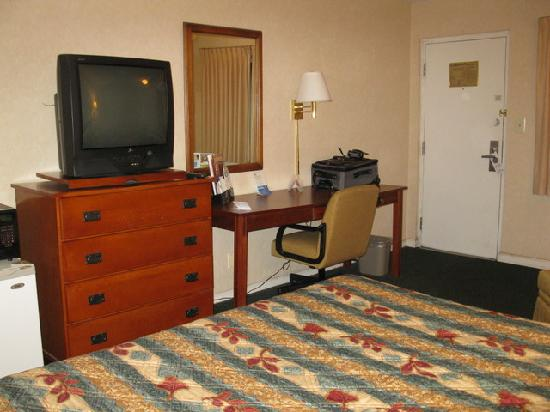 Days Inn Colorado Springs Central: Queen Bed Room