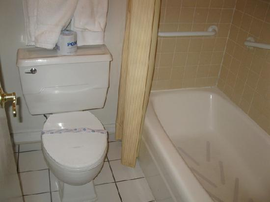 Days Inn Colorado Springs Central: Queen Bed Room - Bathroom