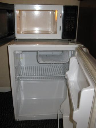 Days Inn Colorado Springs Central: Queen Bed Room - Microwave & Mini Fridge