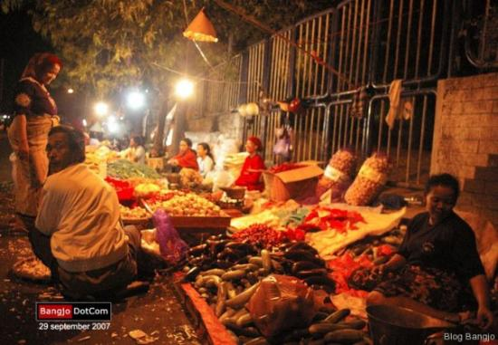 Suasana kegiatan di waktu subuh di Pasar Tradisional Keputran Surabaya