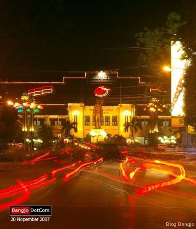 Balai Kota Surabaya di malam hari