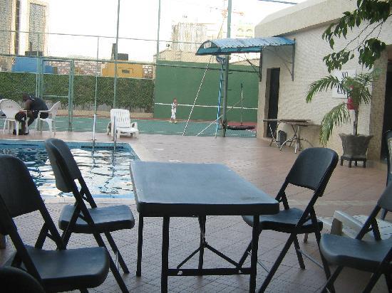 Reiz Continental Hotel : still the pool side