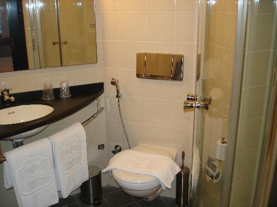 Ibis Salmiya: washroom