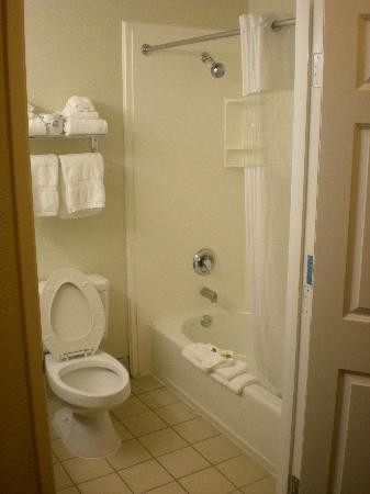 La Quinta Inn San Diego Oceanside: Clean bathroom