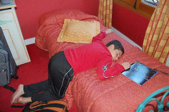 Les Rives De Notre Dame: My son was so tired when we arrived, he fell asleep on his little bed.