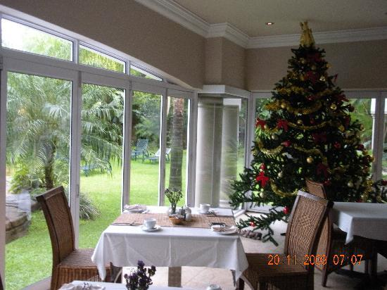uShaka Manor Guest House: Breakfast room with Xmas tree