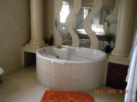 uShaka Manor Guest House: The suites jacuzzi bath