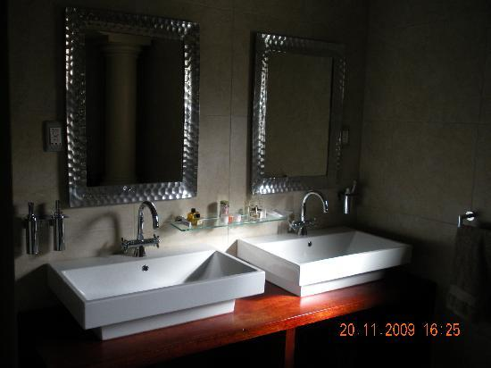 ‪‪uShaka Manor Guest House‬: The suites bathroom vanity‬