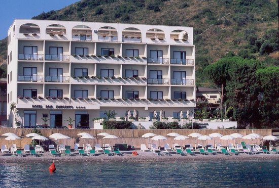 Porto Santo Stefano, Italy: l'hotel visto dal mare