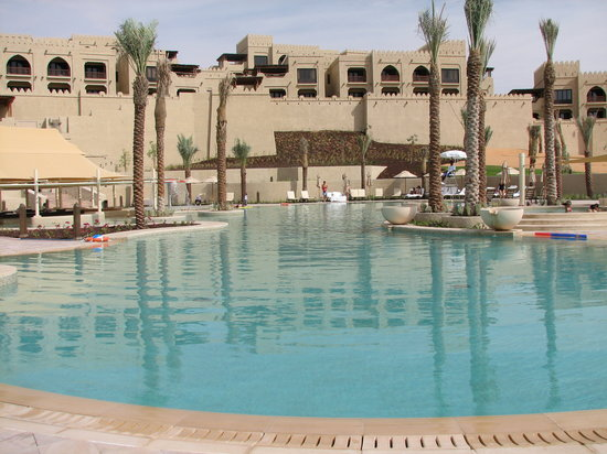 Qasr Al Sarab Desert Resort by Anantara: The pool