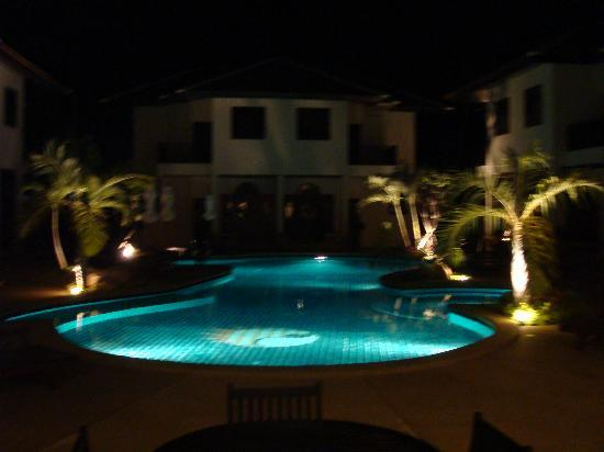 Dreams Villa Resort: LAGOON POOL BY NIGHT