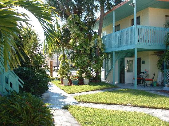 Island Paradise Cottages of Madeira Beach : Courtyard