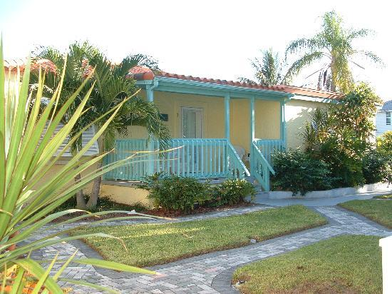 Island Paradise Cottages of Madeira Beach : Courtyard 2