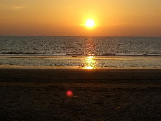 Om Sai Beach Huts: Sunset from cabin