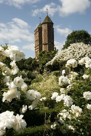 Sissinghurst Castle Farmhouse: The stunning Gardens at Sissinghurst are just yards away...