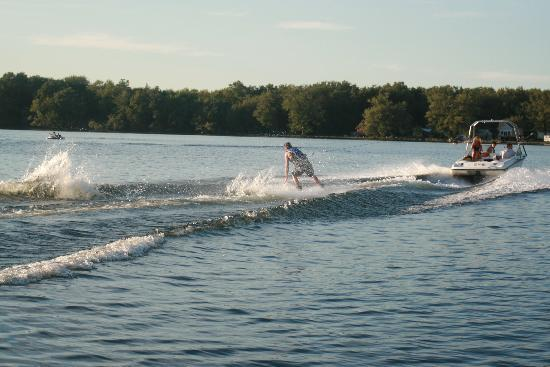 The Lake House: Waterskiing- the water was great!