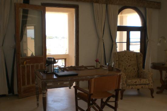 The Majlis Hotel: desk in the room