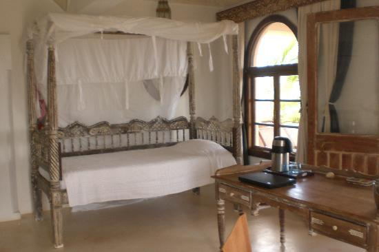 The Majlis Hotel: childs bed