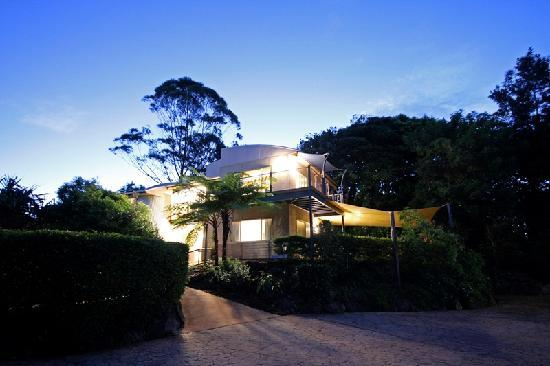 Maleny Terrace Cottages: Reception Building at Night