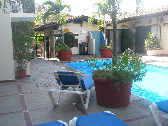 Vallarta Sun Suites & Hotel: Looking toward the front office across the pool