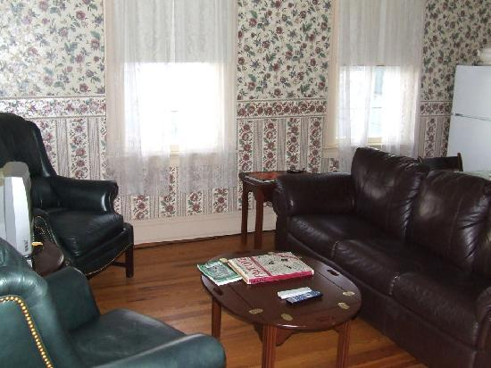 Victorian Lace Inn: Those comfy leather chairs and sofa in the Lietrim Suite.