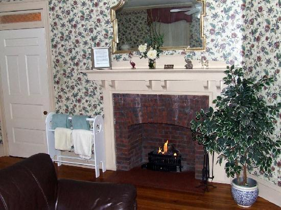 Victorian Lace Inn: The 2nd working Gas Fireplace in the Suite's Livingroom and Kitchen area.