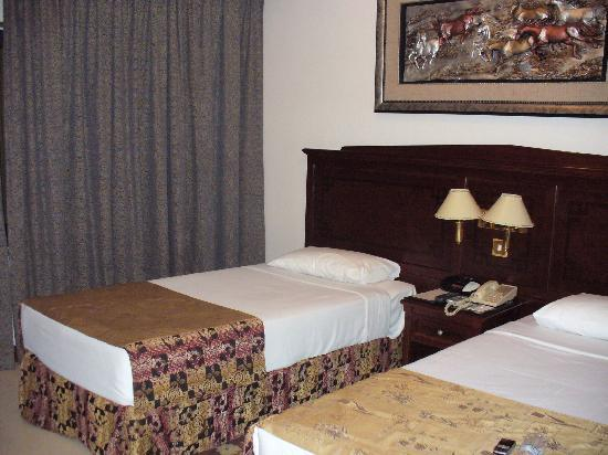 Admiral Plaza Hotel: 2 beds room