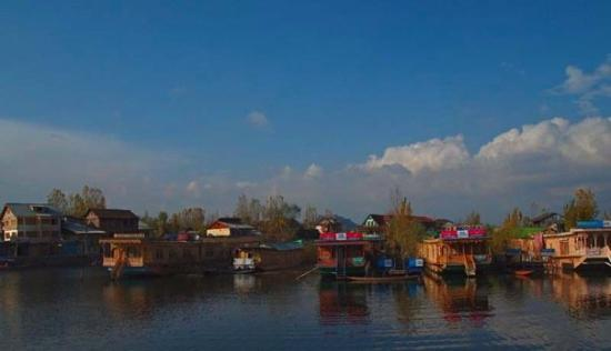 House Boats at Dal Lake.....Dal means Great.... By d way, Srinagar is the summer capital for Kas