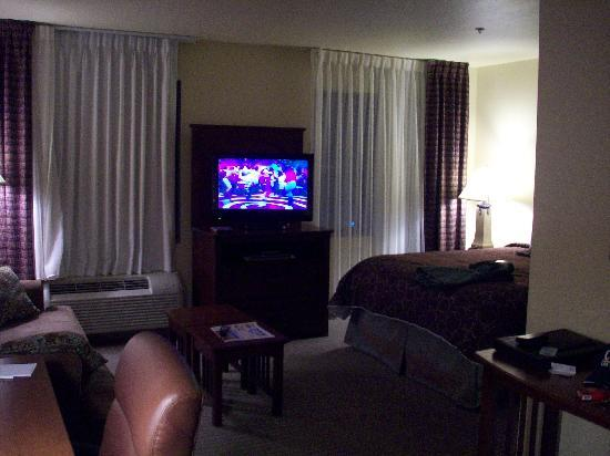 Staybridge Suites Fayetteville/Univ Of Arkansas: very comfy room....